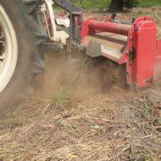 農場の土を攪拌しています。