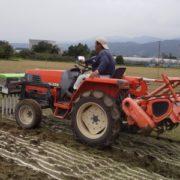 広い農場には機械で石灰を撒きます